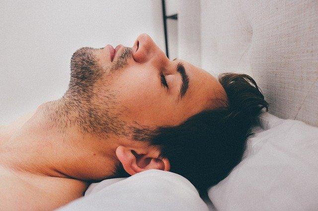 spící mladík