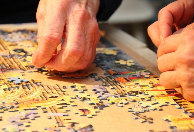 babička skládá puzzle