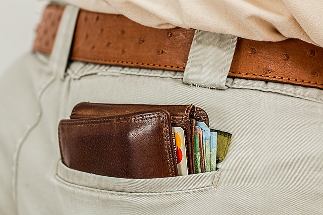 peněženka vylézající z kapsy