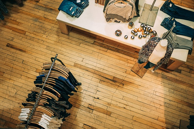 pohled do obchodu s oblečením