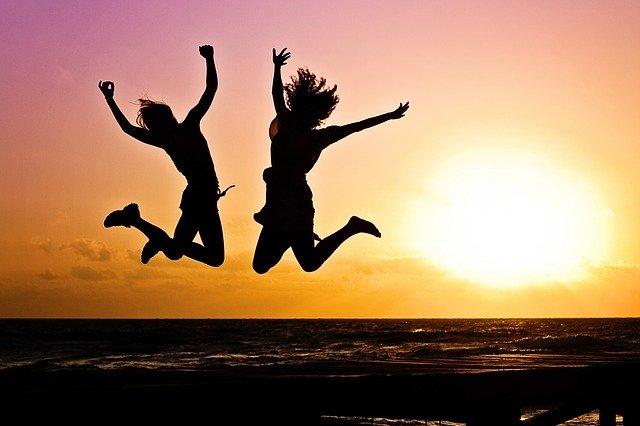 dvě dívky ve skoku