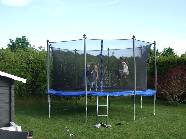 děti na trampolině