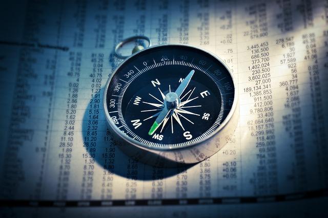 kompas na novinách