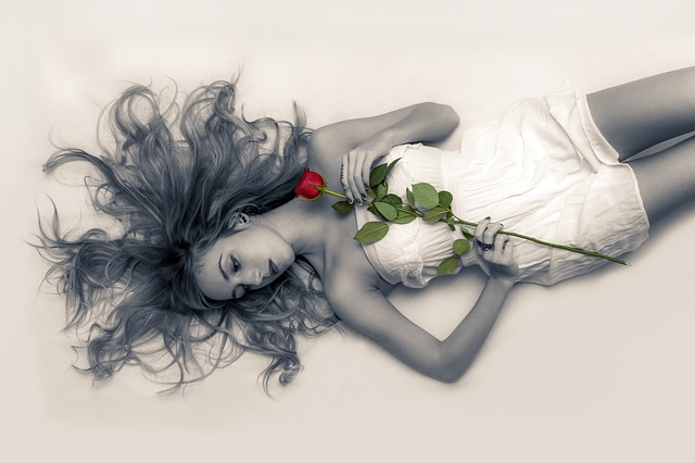 mladá dívka s růží