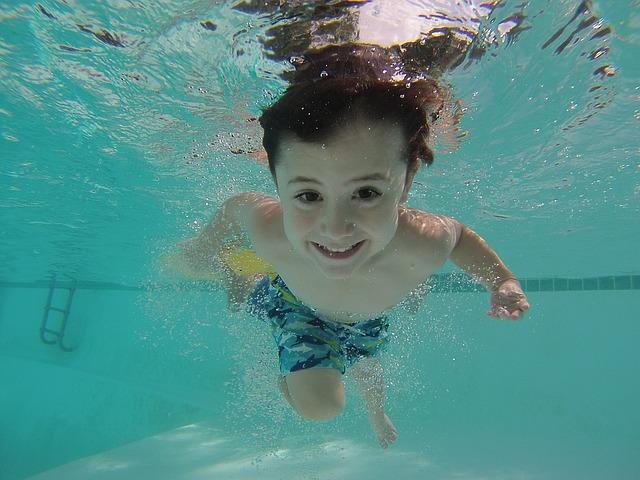 dítě se potápí