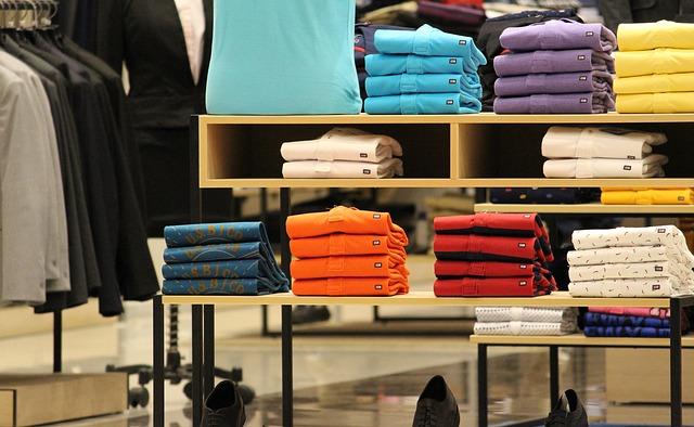 Obchod s vystavenými tričky