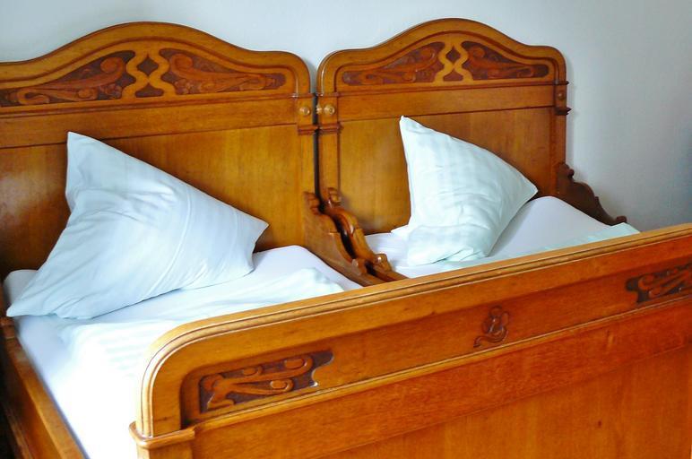starobylá postel