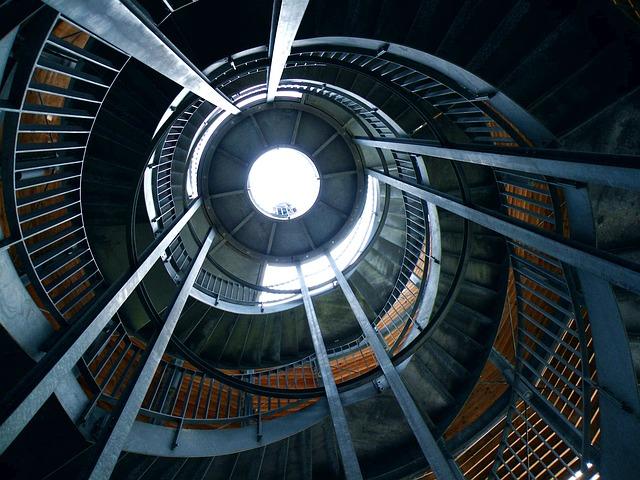 kruhové kovové schodiště.jpg
