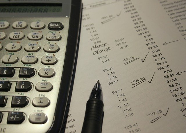 účetnictví vedené na papíře s kalkulačkou