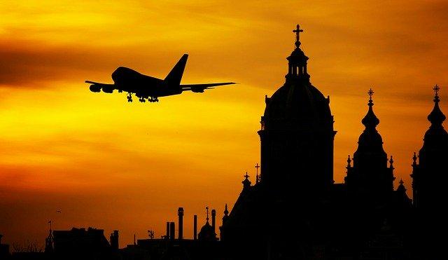 Vzlet letadla při západu slunce