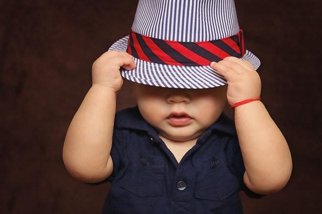 Dítě v klobouku