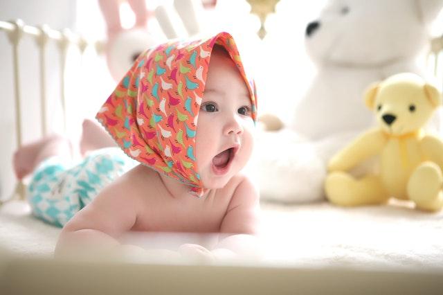 Dítě se šátkem